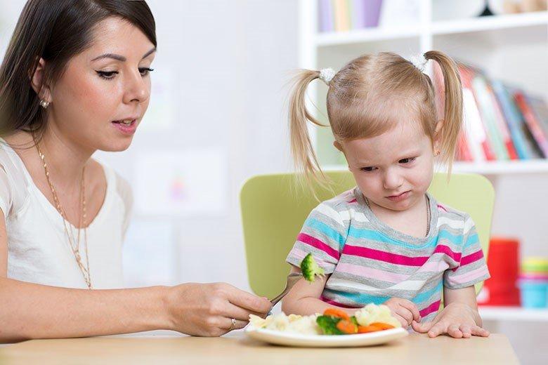 ر هنگام غذا خوردن، غذا های جدید را در کنار غذا های قدیمی و مورد علاقه کودک قرار دهید