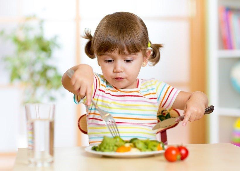 چگونه به کودک خود عادت به غذا خوردن بدهم و او را به غذا های سالم علاقه مند کنم؟